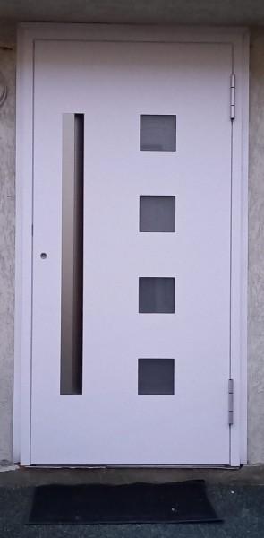 Alu-Haustuer-Weiss-RAL-9016-mit-schwarzer-Verglasung-in-UEbergroesseMiSluqwjI0TCm